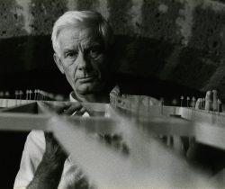01.-Enrico-Castellani-nello-studio-di-Celleno-1984-Foto-Nataly-Maier-per-gentile-concessione-della-Fondazione-Enrico-Castellani